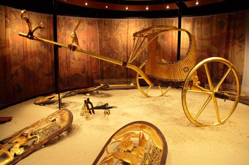 Uno de los gráciles carros de guerra que aparecieron desmontados en la tumba. Su armazón está compuesto por varios listones de madera doblados, y la carrocería por madera estucada y recubierta de pan de oro; el suelo está formado por un entramado de correas de cuero.