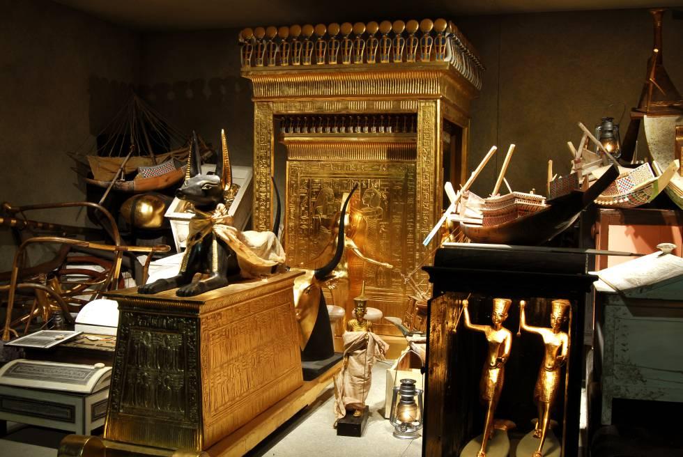 Diorama que recrea, a tamaño natural, una de las cámaras del tesoro de Tutankamón, con la capilla canópica, el plinto de Anubis, figuras del rey, maquetas de barcos y otros objetos.