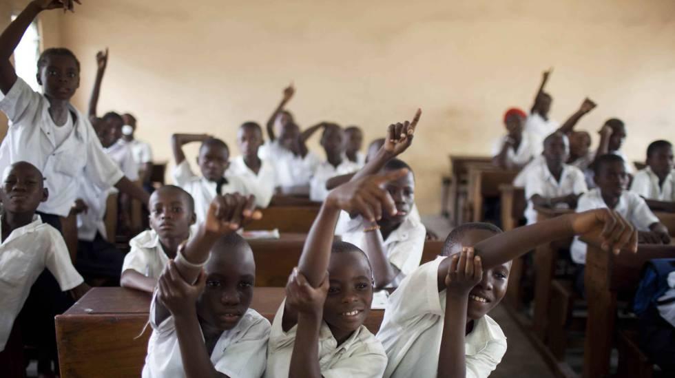 Los estudiantes levantan la mano para responder a las preguntas en la escuela primaria St. Louis en Kinshasha