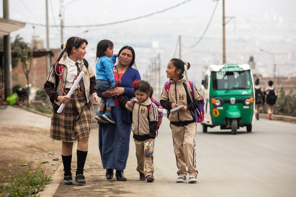 Alix, a la izquierda de la imagen, a la salida del colegio con su hermana Juliana, la segunda por la derecha, y sus vecinos.