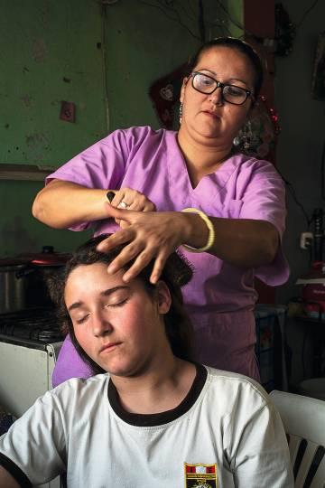 La niña con su madre, que trabaja en una residencia.