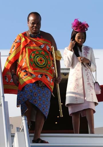 El rey Mswati III con una de sus esposas, a su llegada a Sochi, Rusia, el pasado octubre.