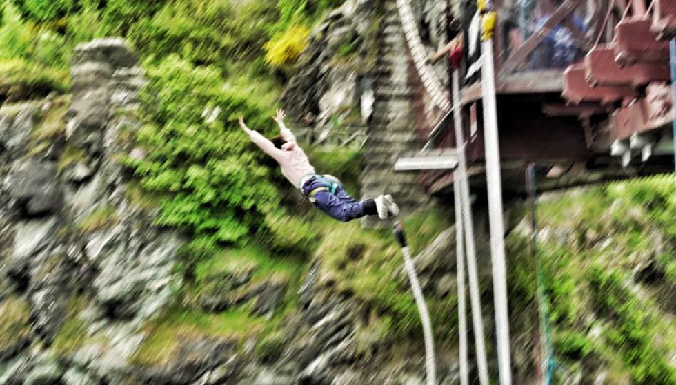 Salto en 'bungee jumping', desde el puente del río Karawau, donde empezó el 'bungee' comercial.