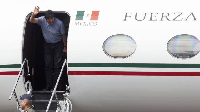 Evo Morales llega al aeropuerto de Ciudad de México.