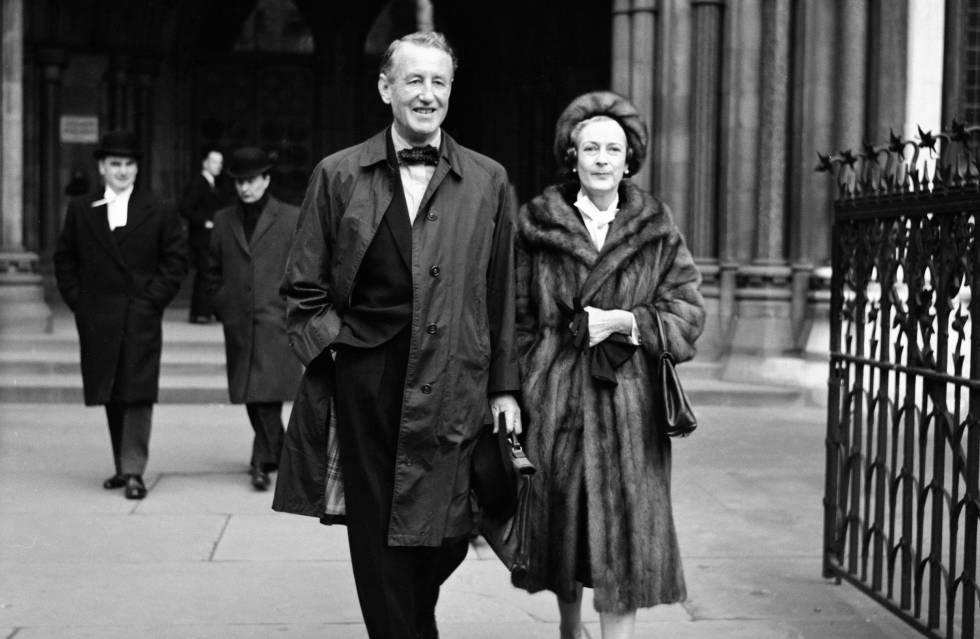 Ian Fleming con su esposa Ann en diciembre de 1963.
