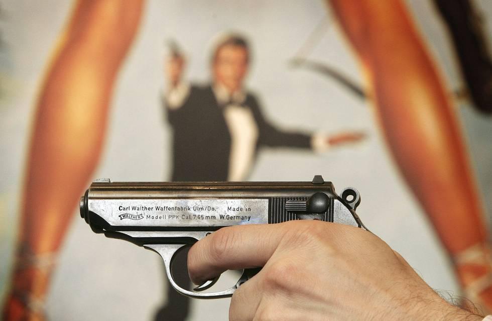 Pistola utilizada en las películas de James Bond y como fondo un cartel de uno de sus títulos.