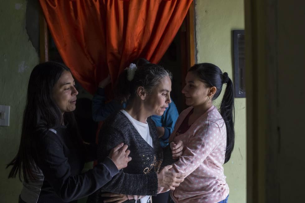 Leidy (izquierda) es gerontóloga e hija de Yamile (centro), enferma de alzhéimer a los 46 años.