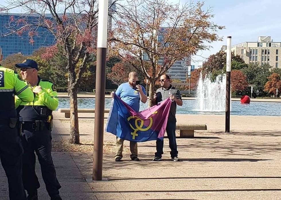 El fiasco del 'orgullo hetero', en una foto: dos manifestantes en la última convocatoria