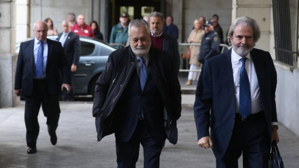 Griñán, en el centro de la imagen, a su llegada este martes a los juzgados de Sevilla.
