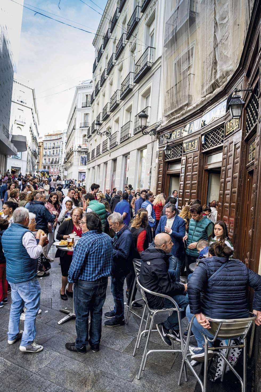 Cola en el exterior de Casa Labra, en Madrid, fundada en 1860 y célebre por su tajada de bacalao.