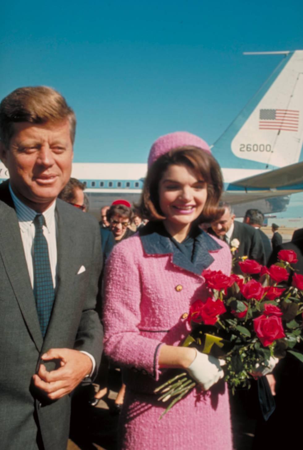 ¿El matrimonio perfecto? Años después de su muerte se desvelaron las continuas infidelidades de John Fitzgerald Kennedy a su esposa, Jackie Kennedy. En la imagen los dos llegan al aeropuerto de Dallas justo el día en que él murió tiroteado en 1963.