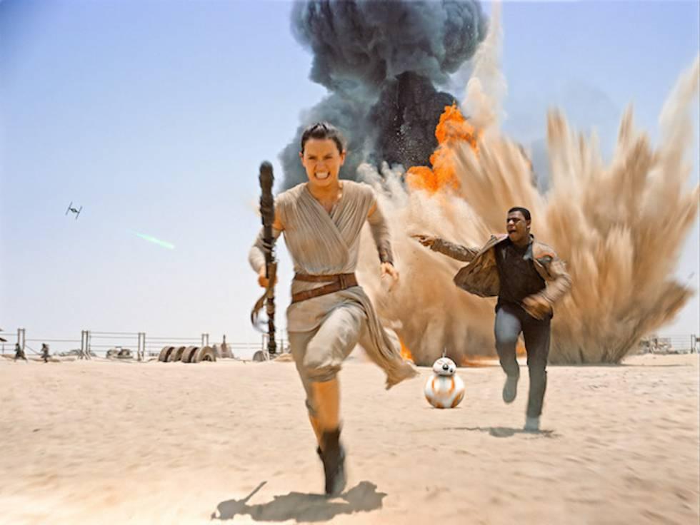 Los protagonistas de 'Star Wars: El Despertar de la Fuerza' (2015) huyen de una explosión.