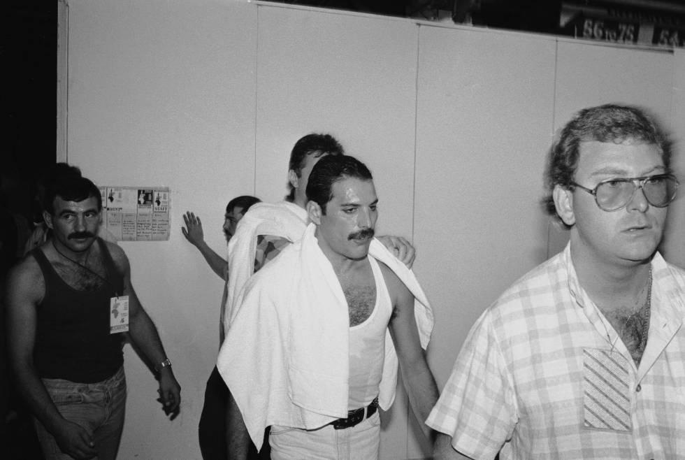 Freddie Mercury en el 'backstage' del concierto Live Aid celebrado en Londres el 13 de julio de1985. A su izquierda, su pareja Jim Hutton.