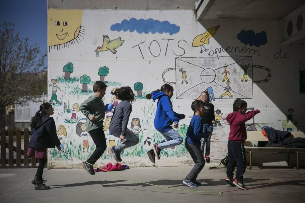 Niños jugando en el patio de la escuela primaria e infantil Pompeu Fabra de Manlleu, Barcelona.