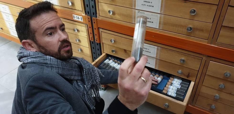 Clemente Molina muestra testigos del sondeo más profundo realizado en España.