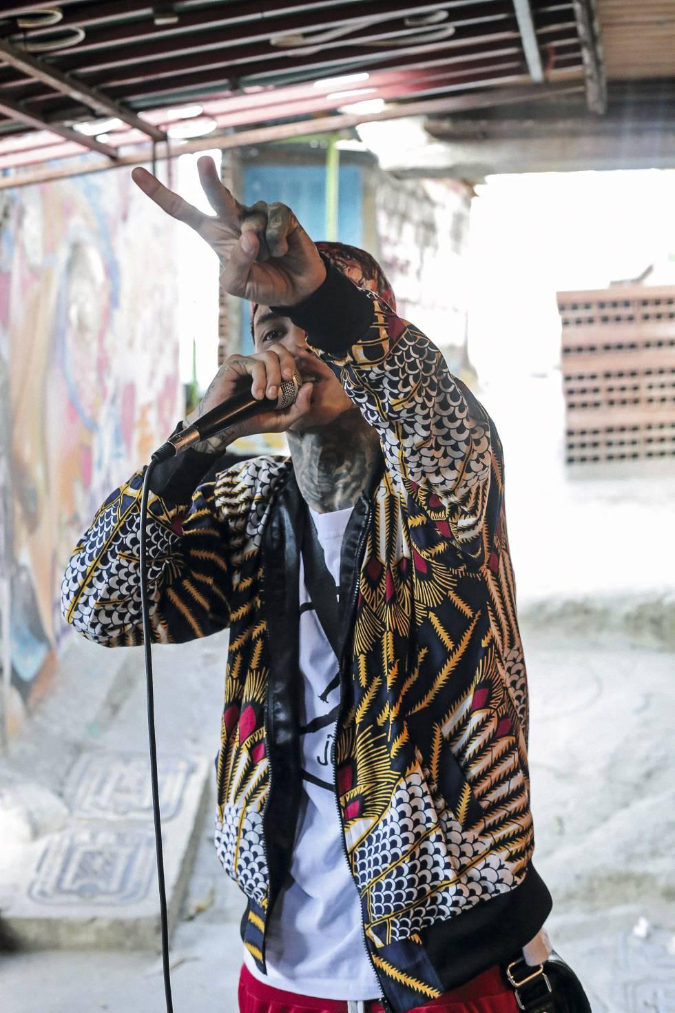 Un cantante de reguetón callejero en la Comuna 13 de Medellín.
