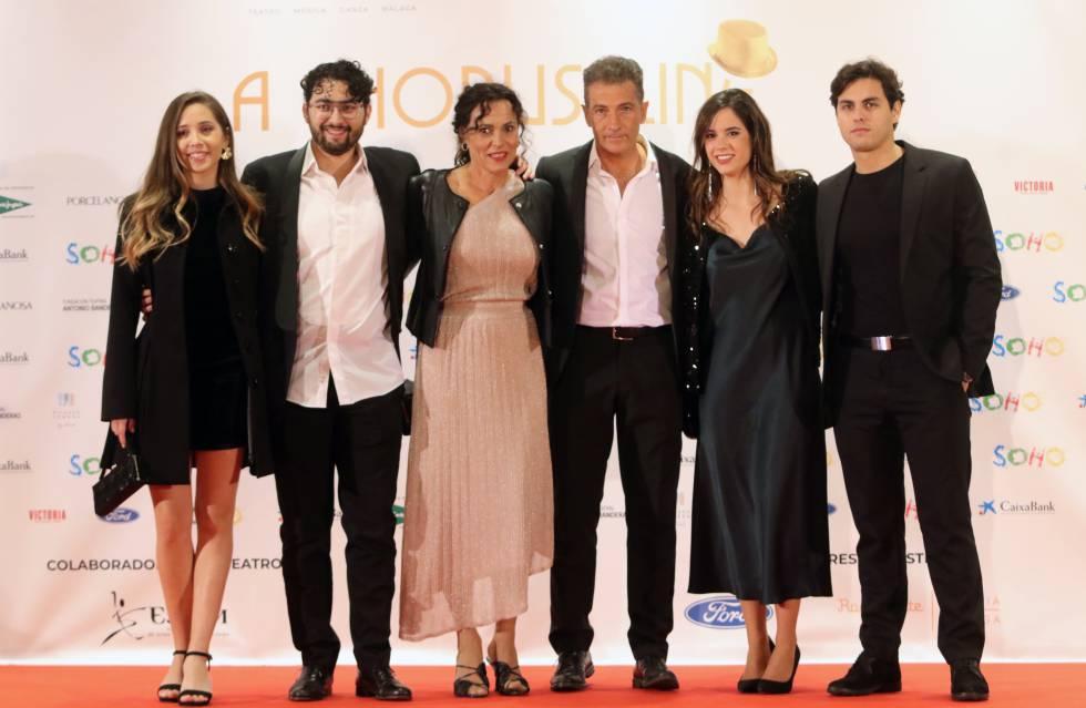 Javier Banderas, en el centro, con parte del elenco del musical 'A chorus line'.