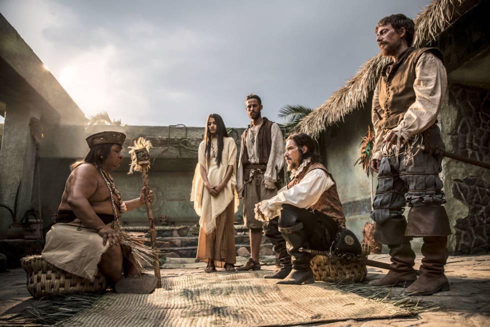 Imagen promocional de 'Hernán'. Junto a Óscar Janeada (sentado a la derecha) están actores como el español Víctor Clavijo (de pie a su derecha) o la mexicana Isabel Bautista (de pie en el centro).