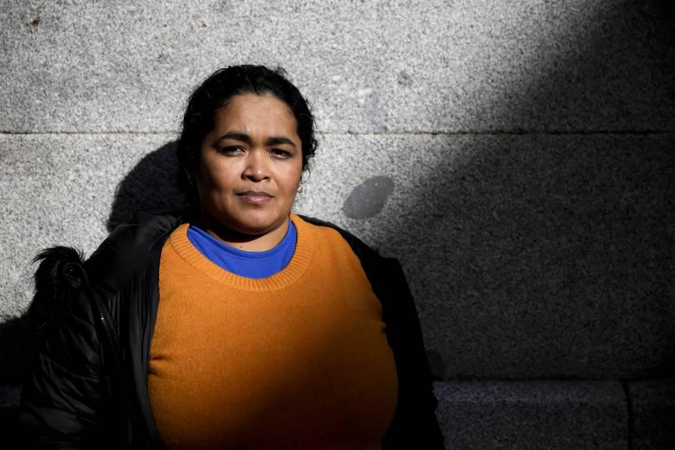 María Teresa Rivera, la primera mujer que consigue asilo tras ser condenada por un aborto en El Salvador, posa junto a la sede de Amnistía Internacional en Madrid.
