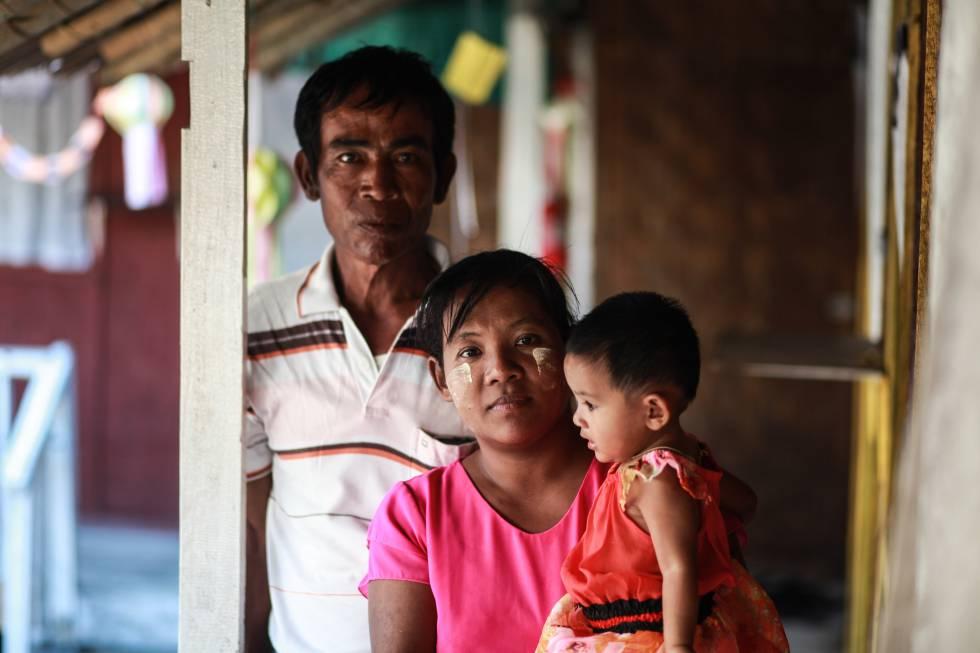Una familia en Birmania en la que los progenitores tienen VIH, pero que han conseguido parar la transmisión del virus a sus dos hijos, gracias al diagnóstico precoz y a tomar el tratamiento antirretroviral.