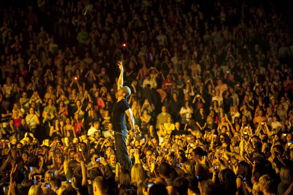 The singer, in one of his concerts, where he gathers thousands of people.