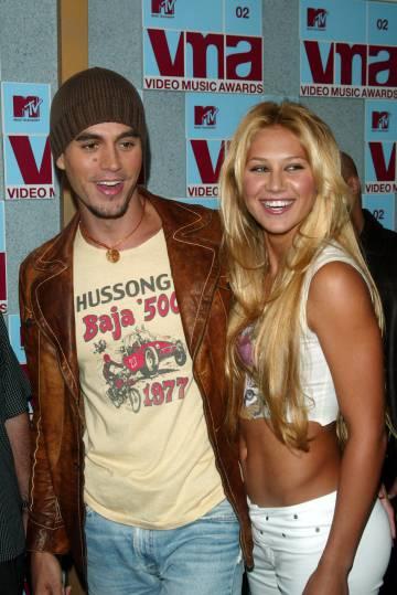 Enrique Iglesias, con su pareja Anna Kournikova, cuando llevaban un año de noviazgo, en los MTV Video Music Awards celebrados en Nueva York en 2002. Llevan 18 años juntos y tienen dos hijos.