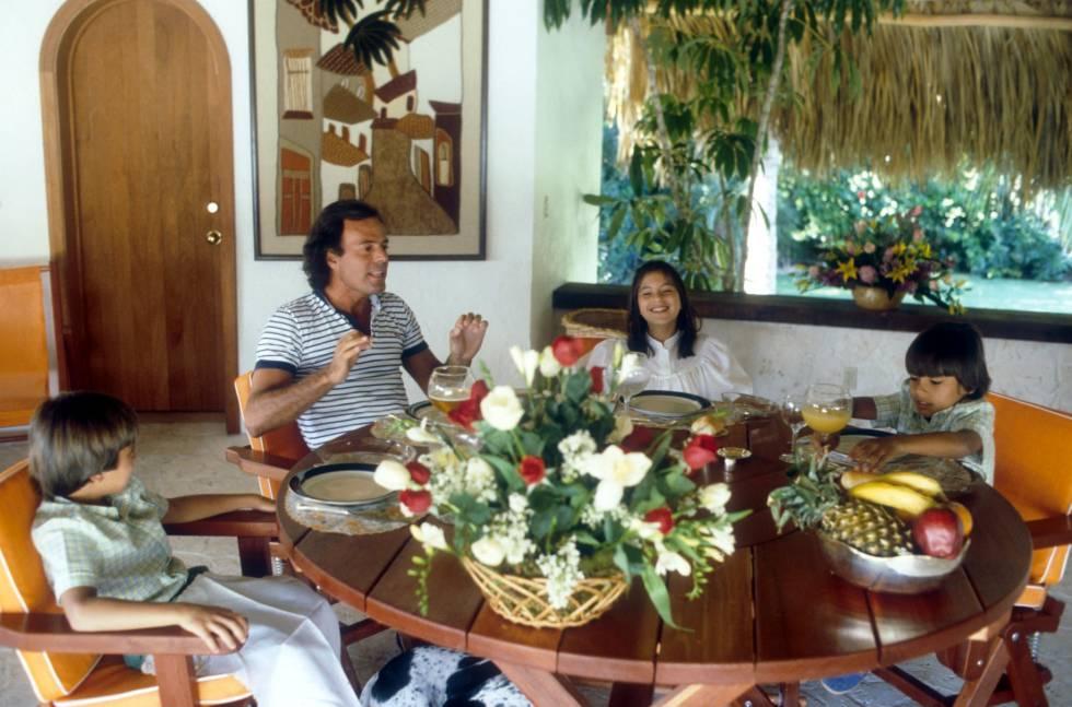 Julio Iglesias, con los tres hijos que tuvo con Isabel Preysler, en su casa de Miami en 1981. A la izquierda, Enrique, en el otro lado de la mesa, Chábeli y Julio José.