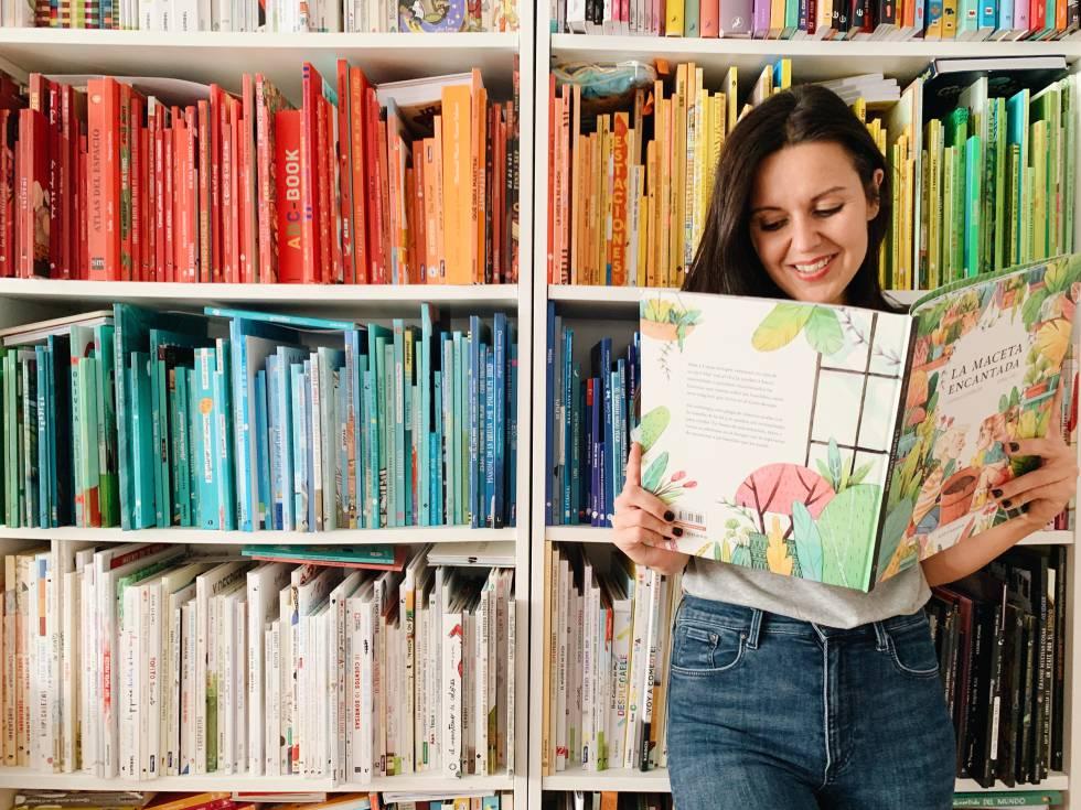 Beatriz, con un cuento ilustrado en la librería de su casa.