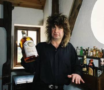 Ozzy Osbourne sujeta una botella de whisky en su casa en 1988.