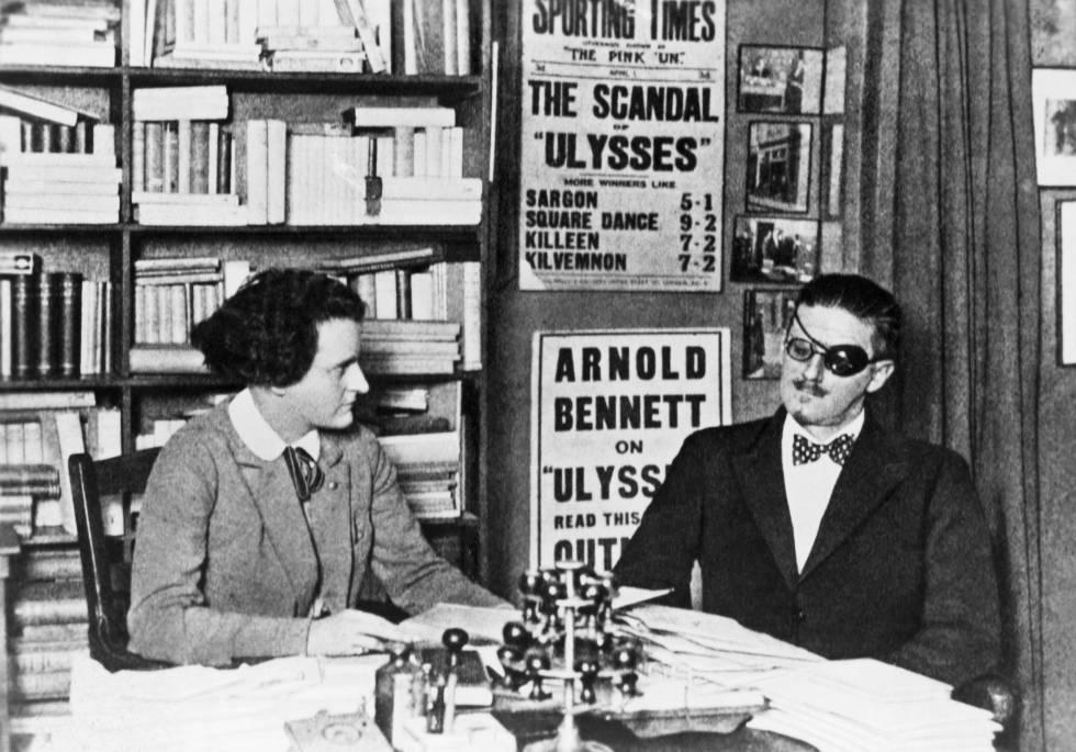 James Joyce, autor del 'Ulises', y su publicista Sylvia Beach reunidos en París.