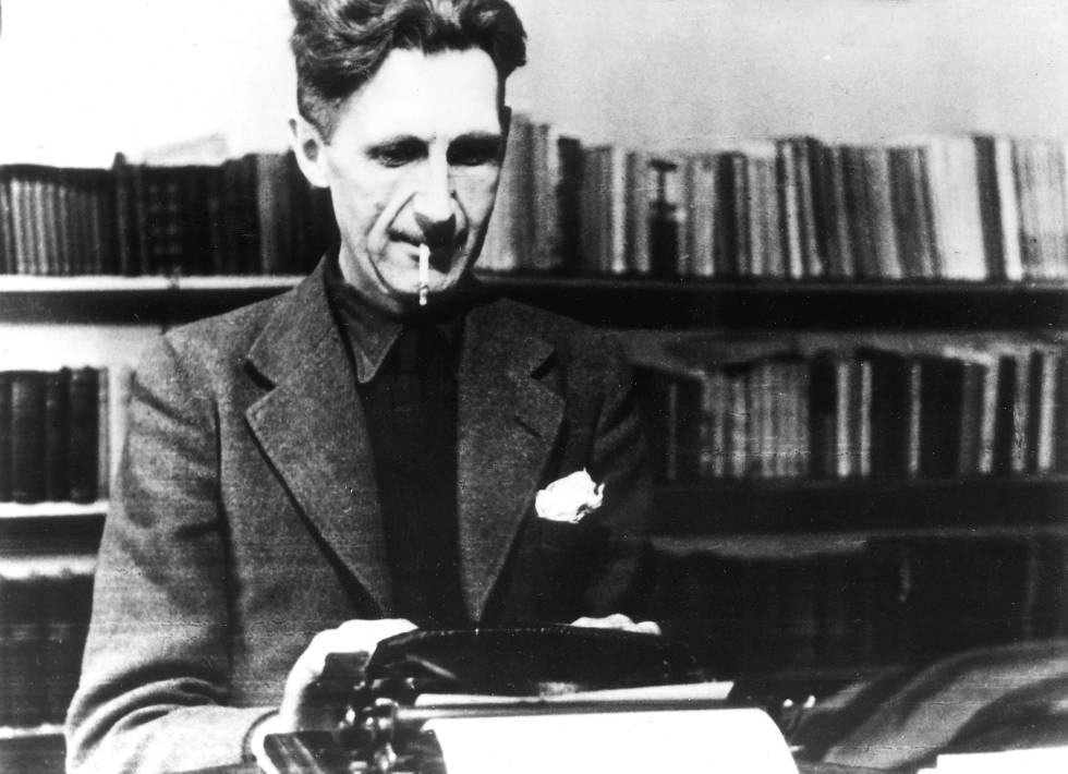 """""""Es imposible vender historias de animales en Estados Unidos"""", le dijeron desde varias editoriales a George Orwell cuando trataba de publicar 'Rebelión en la granja'. En la imagen, el escritor trabajando con su máquina de escribir."""