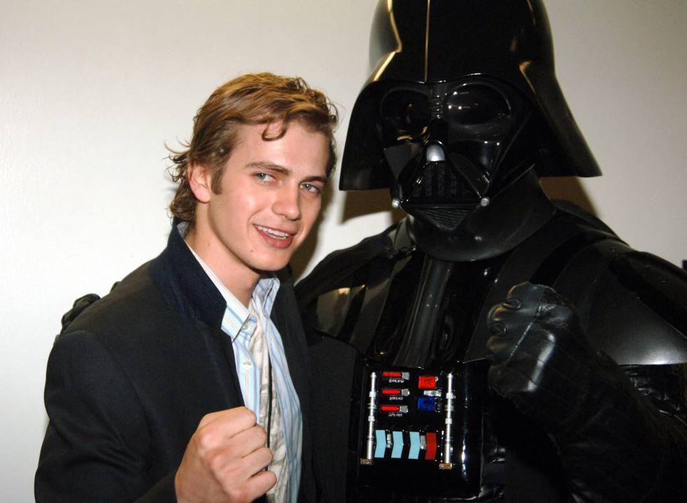 Hayden Christensen posa con un viejo conocido, Darth Vader, en una gala de premios organizada en 2005 en Los Ángeles.