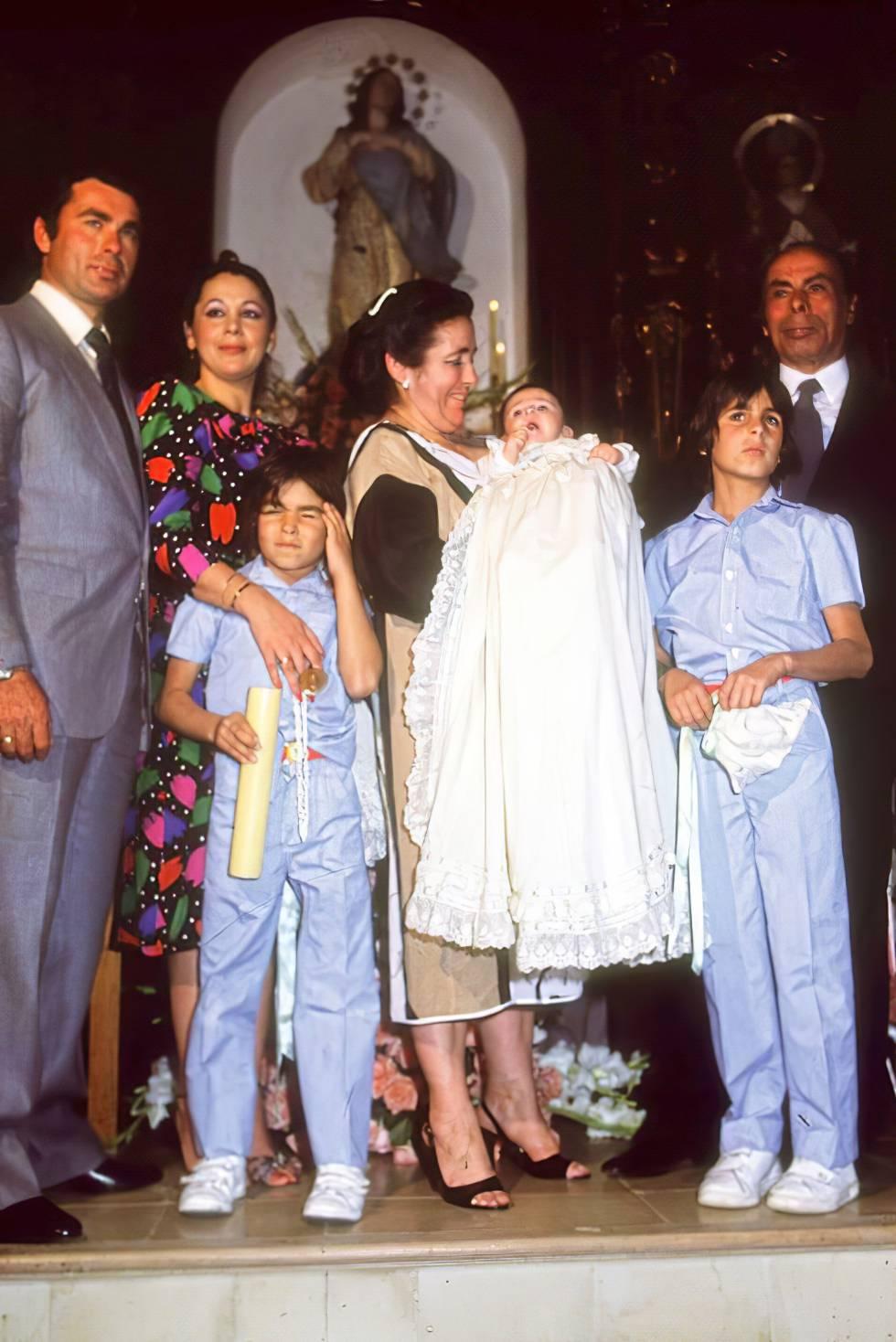 El 9 de febrero de 1984 nació Kiko Rivera. En la imagen, Francisco Rivera Paquirri e Isabel Pantoja, junto a los dos hijos de su marido, Cayetano y Fran. La madre de la cantante, Ana, con el recién nacido en brazos, y el padre del torero, Antonio Rivera.