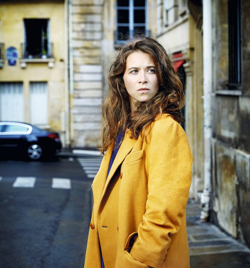 La escritora francesa Emma Becker, en el Barrio Latino de París.