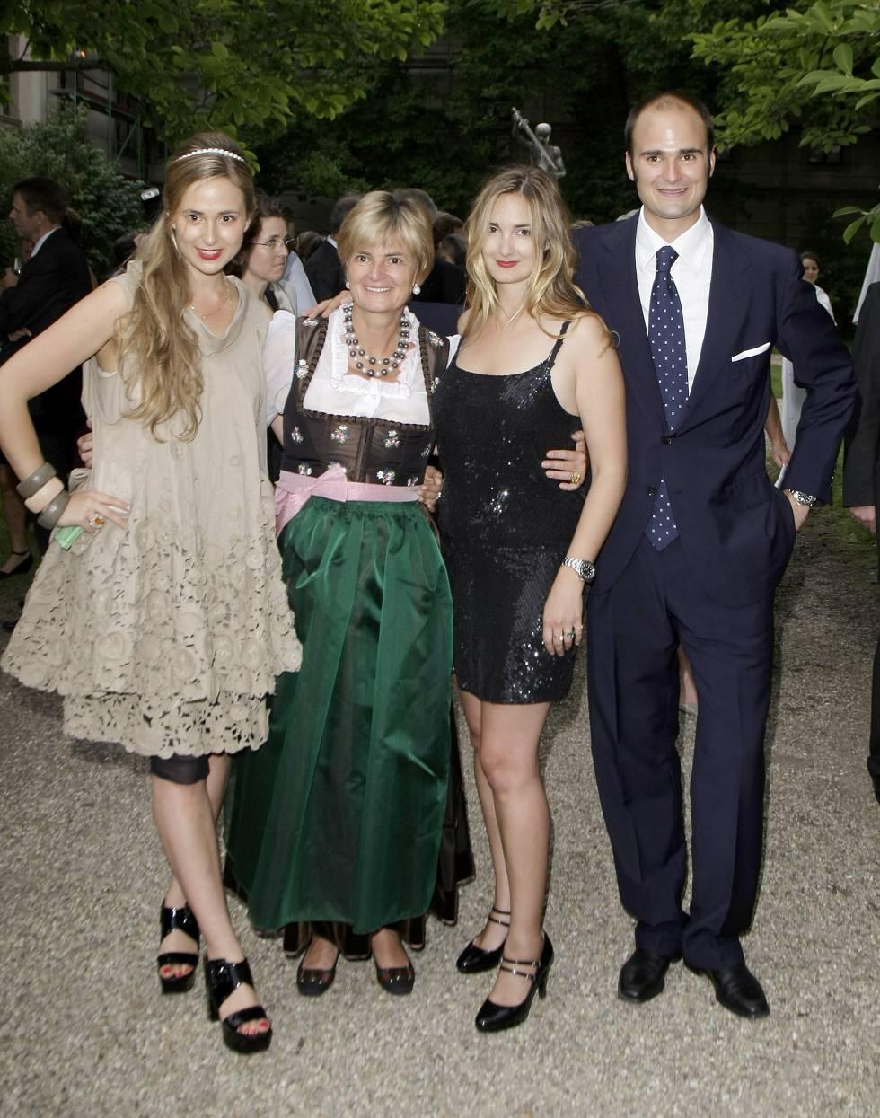 La princesa Gloria von Thurn und Taxis junto a sus tres hijos, Elisabeth y a la derecha Maria Teresa y Albert, en Ratisbona, en 2009.