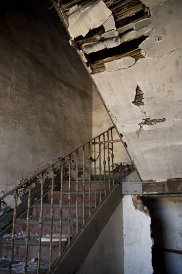 The collapsed staircase inside a building in Monfragüe (Cáceres).