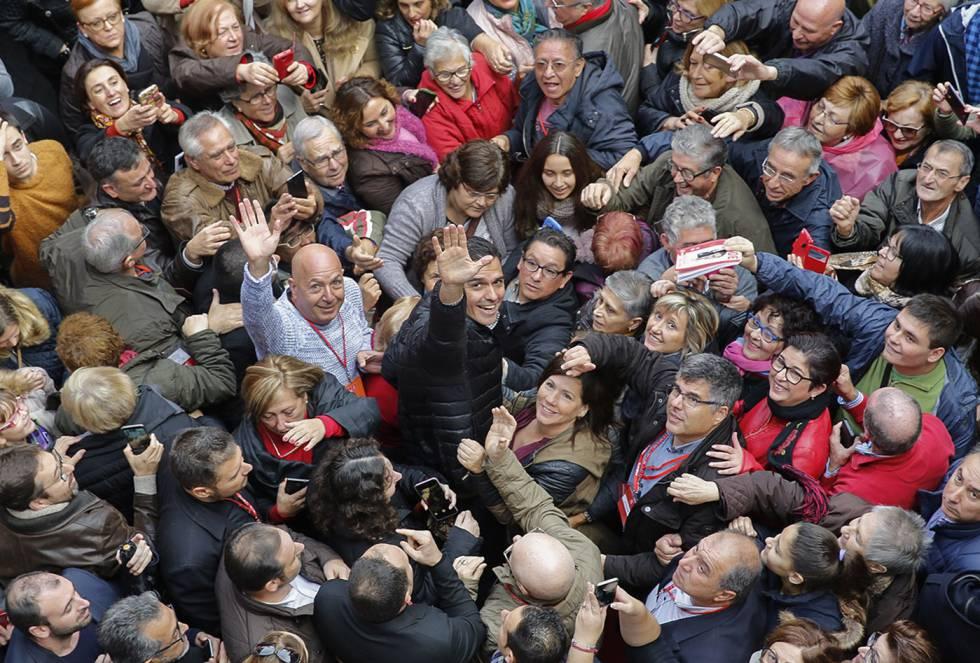 Pedro Sánchez en la Xirivella (Valencia), al inicio de su recorrido por las distintas federaciones socialistas para intentar recuperar su liderazgo.