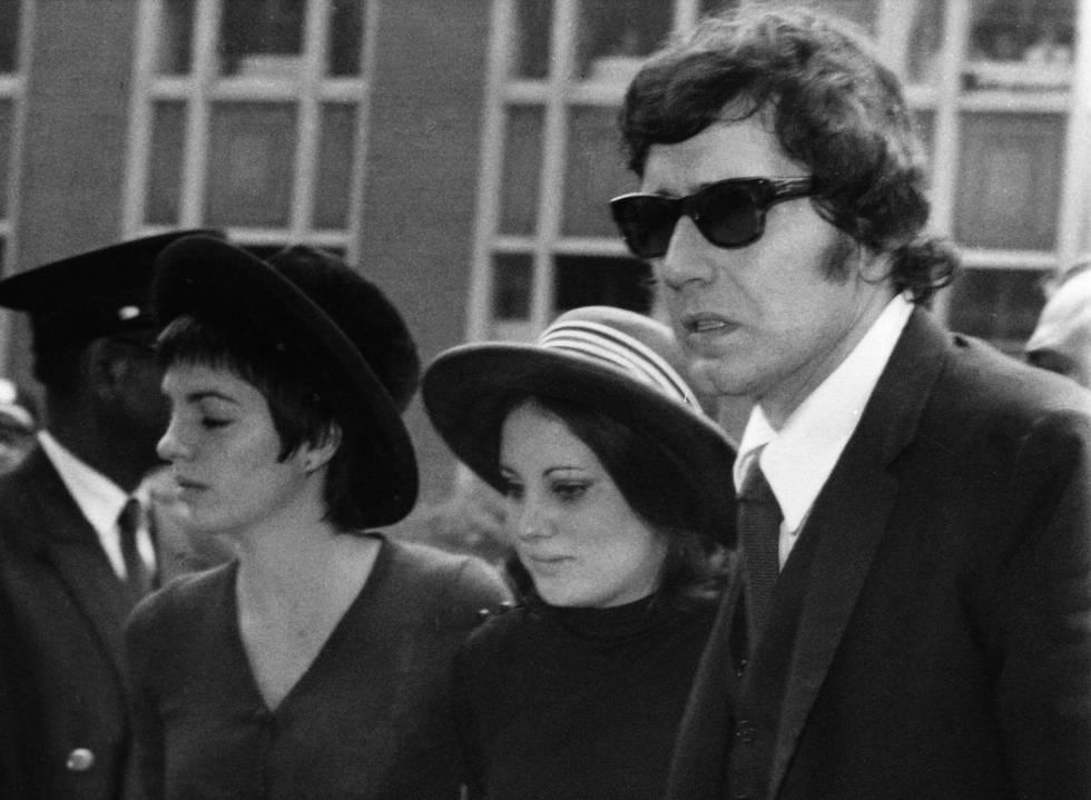 Las hijas de Judy Garland, Liza Minnelli y Lorna Luft, con el último marido de la actriz, Mickey Deans, en su funeral, en 1969.