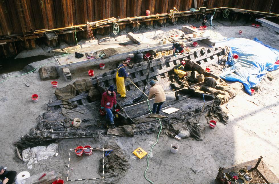 Excavación del 'La Belle' dentro de una muralla de acero dentro del océano, en 1996.