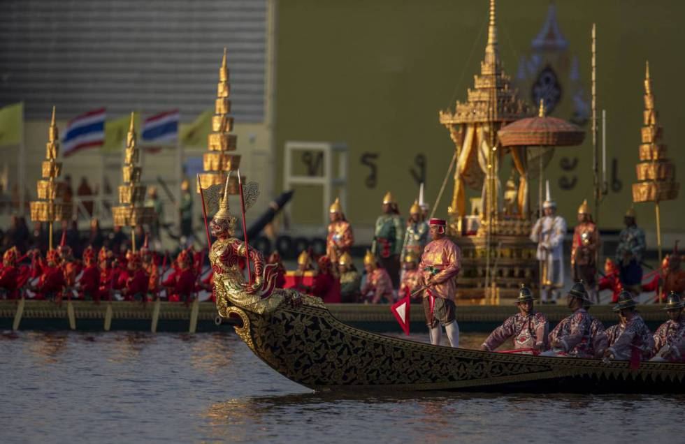 Un momento de la ceremonia de coronación de Rama X de Tailandia en el río Chao Praya.