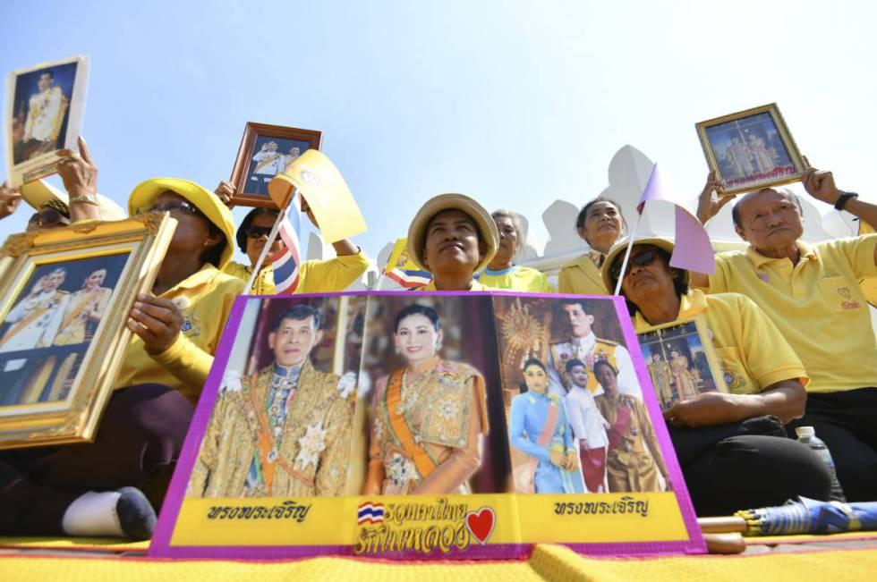 Varios ciudadanos posan con retratos del rey Rama X y la reina Suthida de Tailandia en la ceremonia de coronación.rn