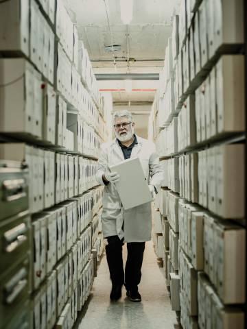 El Archivo General de la Administración, en Alcalá de Henares, tiene 170 kilómetros de estantes y más de un millón de cajas.