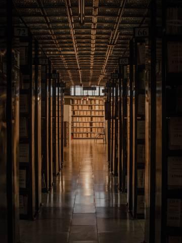 Uno de los pasillos del Archivo Histórico Nacional, en Madrid, creado en 1866, que tiene 45 kilómetros de estantes.
