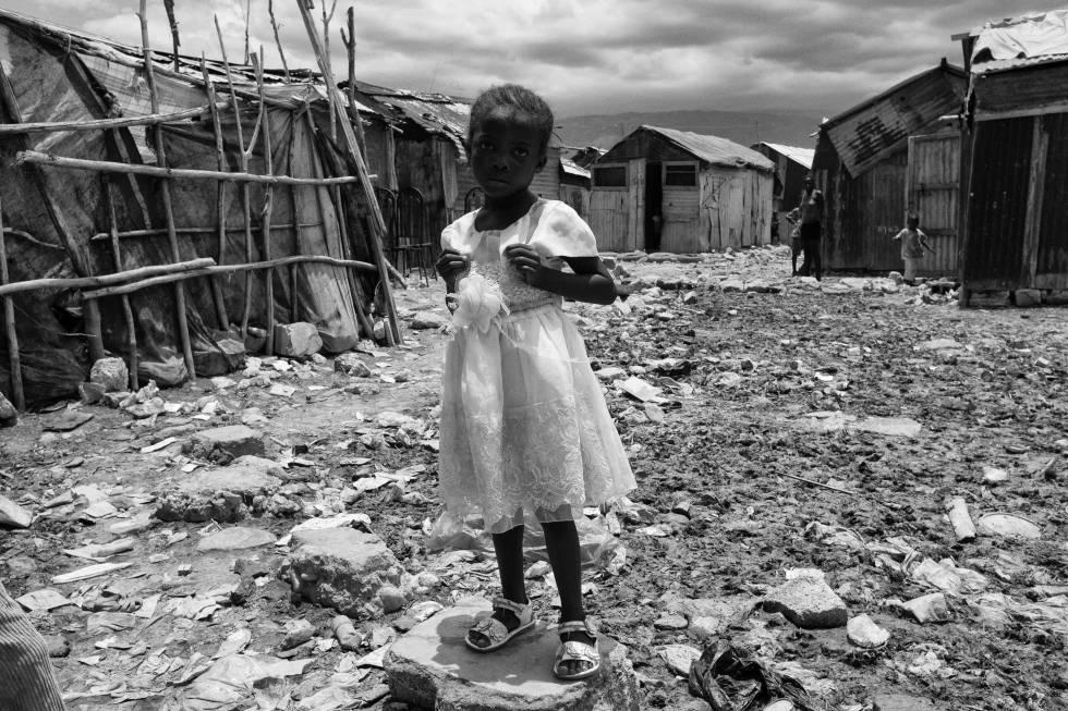 Una niña frente a su vivienda en el barrio informal de Cité Soleil en Puerto Príncipe. Agosto 2013.