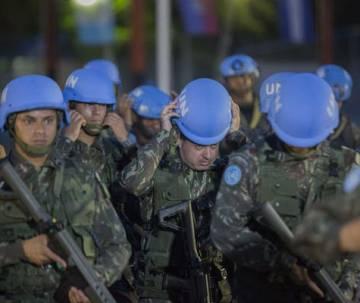 Soldados brasileños de MINUSTAH participan en la ceremonia de clausura oficial de la misión en Puerto Príncipe el 5 de octubre de 2017.