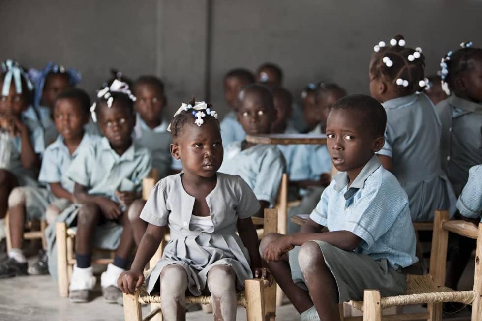 Muy pocas madres se pueden permitir que sus 'bebés de paz' vayan a colegios como este de Kolminy.