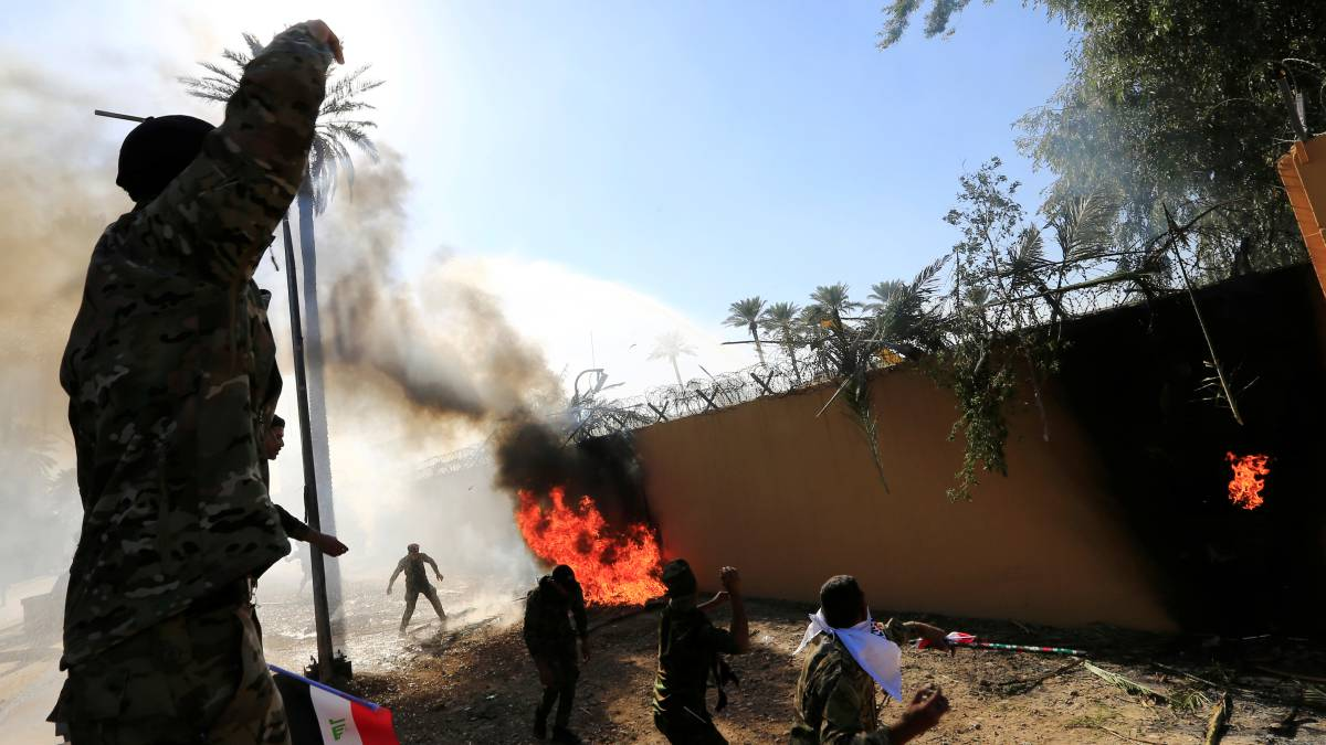 Un grupo de milicianos, en la Embajada de EE UU en Bagdad.
