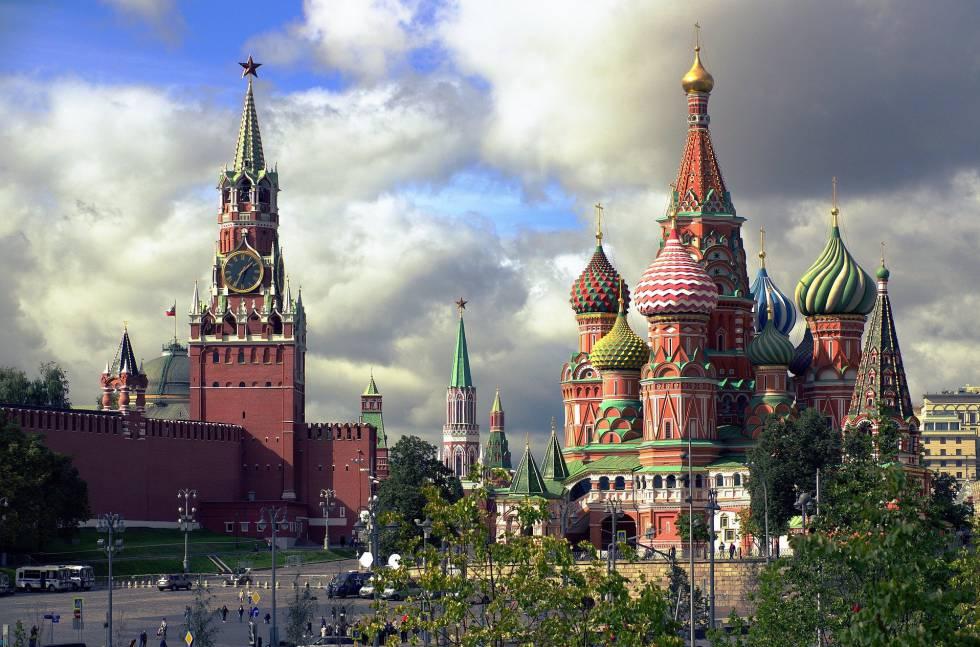 Catedral de San Basilio y torre Spasskaya, en la plaza Roja de Moscú.