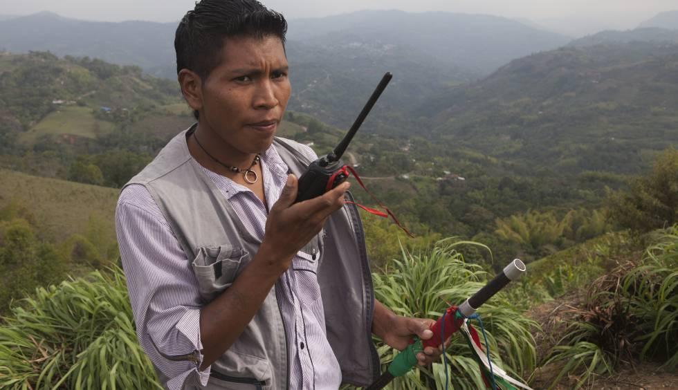 Un guardia indígena realizando labores de control territorial como mecanismo de autoprotección.