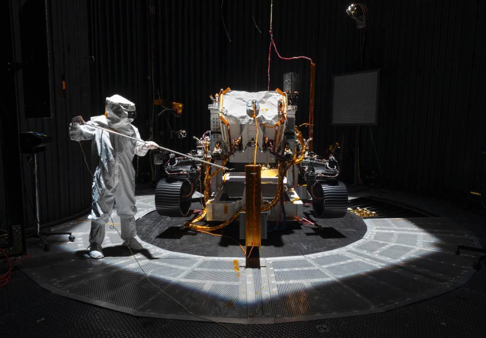 Un ingeniero trabaja en el vehículo Marte 2020 de la NASA.